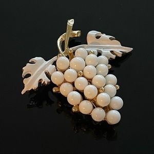 🍇 Beautiful White Vintage Grapes Brooch